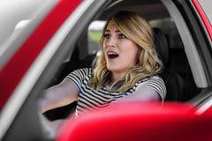 Женщина управляя автомобилем в панике Стоковая Фотография RF