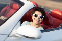 Женщина управляя автомобилем с откидным верхом Стоковое Фото