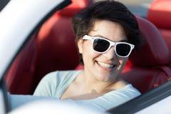Женщина управляя автомобилем с откидным верхом Стоковое Изображение
