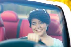Женщина управляя автомобилем с откидным верхом Стоковые Изображения