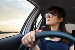 Женщина управляя на счастливых каникулах Стоковая Фотография RF