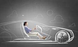 Женщина управляя старым введенным в моду нарисованным автомобилем Мультимедиа стоковая фотография rf
