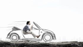 Женщина управляя старым введенным в моду нарисованным автомобилем Мультимедиа стоковые изображения rf