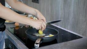 Женщина урожая жаря яичка в лотке сток-видео