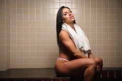 Женщина усадила при полотенце покрывая ее груди стоковая фотография rf