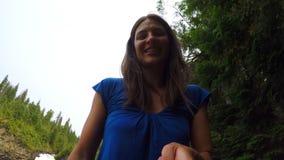 Женщина усмехаясь на камере, водопад в предпосылке 4k сток-видео