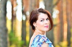 Женщина усмехаясь на парке Стоковые Изображения RF