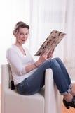 Женщина усмехаясь о содержании файла Стоковая Фотография