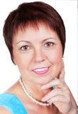 Женщина усмехаясь середины постаретая и красивая Стоковая Фотография