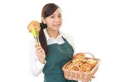 Женщина усмехаясь с хлебами Стоковое Изображение