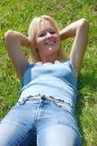женщина уснувшего красивейшего поля травянистая Стоковые Изображения