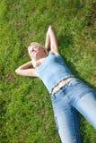 женщина уснувшего красивейшего поля травянистая Стоковое Изображение RF