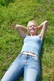 женщина уснувшего красивейшего поля травянистая Стоковые Изображения RF