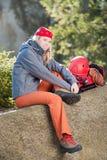 женщина утеса активного backback взбираясь сидя Стоковое Изображение RF