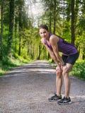 Женщина утомлянная и отдохнутая после jogging Стоковые Фотографии RF