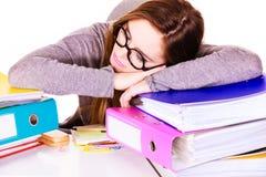 Женщина утомлянная с стогом документов папок Стоковые Фото