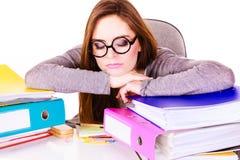 Женщина утомлянная с стогом документов папок Стоковое Изображение RF