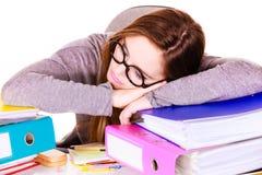 Женщина утомлянная с стогом документов папок Стоковые Фотографии RF