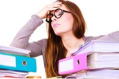 Женщина утомлянная с стогом документов папок Стоковое фото RF