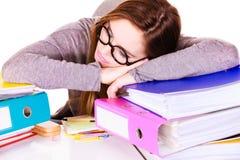 Женщина утомлянная с стогом документов папок Стоковые Изображения RF