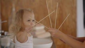Женщина учит милой маленькой девочке считая дома сток-видео