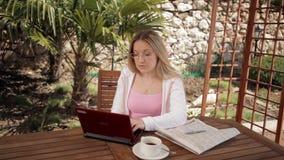 Женщина учит онлайн видеоматериал