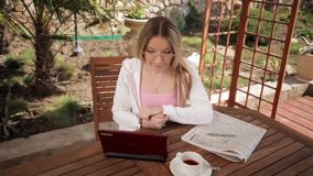 Женщина учит онлайн сток-видео