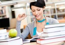 Женщина учит сидеть на столе стоковое фото