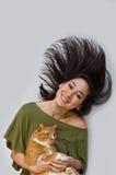 женщина удерживания кота Стоковые Изображения