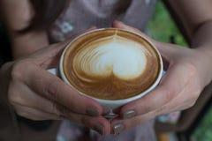 женщина удерживания кофейной чашки Стоковое Фото