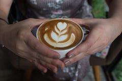 женщина удерживания кофейной чашки Стоковая Фотография RF