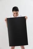женщина удерживания пустой карточки Стоковая Фотография RF