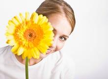женщина удерживания цветка Стоковое фото RF