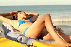 женщина фаэтона лежа стоковая фотография rf