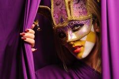 женщина фиолета маски масленицы Стоковое Фото