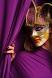 женщина фиолета маски масленицы Стоковые Изображения RF