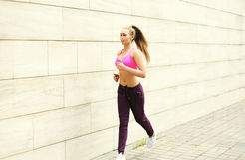 Женщина фитнеса бежать в городе, женской разминке бегуна, спорте и здоровом образе жизни Стоковое фото RF
