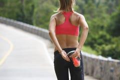 Женщина фитнеса бежать на тропическом следе леса Стоковые Фото