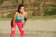 Женщина фитнеса готовая для идущей тренировки пляжа Стоковые Изображения RF