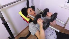 Женщина фитнеса делая взгляд сверху разминки комода сток-видео