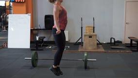 Женщина фитнеса делая двойную разминку скача веревочки в спортзале акции видеоматериалы