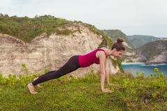Женщина фитнеса делая тренировки йоги Представление планки тренировки девушки Стоковые Изображения RF