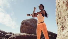 Женщина фитнеса делая тренировку войны-вверх на пляже стоковое изображение rf