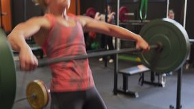 Женщина фитнеса делая штангу чистую - и - рваните разминку в спортзале акции видеоматериалы