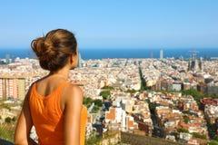 Женщина фитнеса дышает после тренировки и наслаждаться миром отражения тиши безмолвия спокойным духовным смотря к земле Барселоны стоковые фотографии rf