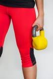 Женщина фитнеса держа весы (гантель) Стоковые Фотографии RF