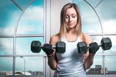Женщина фитнеса держа гантели Стоковое Фото