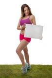 Женщина фитнеса держа пустой знак чистого листа бумаги Стоковые Изображения