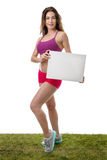 Женщина фитнеса держа пустой знак чистого листа бумаги Стоковые Фотографии RF