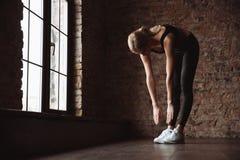 Женщина фитнеса делает тренировки спорта в спортзале Стоковое Изображение RF